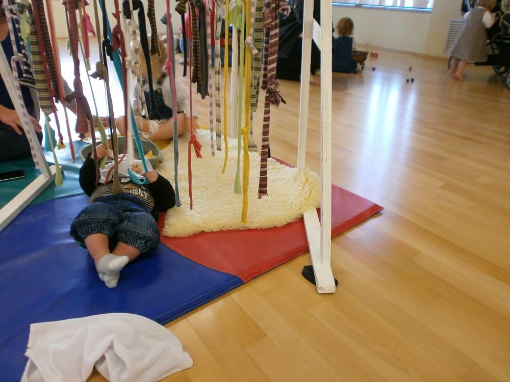 enfant sur tapis activité avec fil